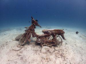 ラチャヤイ島 沈んんでるバイク