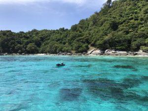 プーケットのダイビングポイント ラチャノイ島 青い海