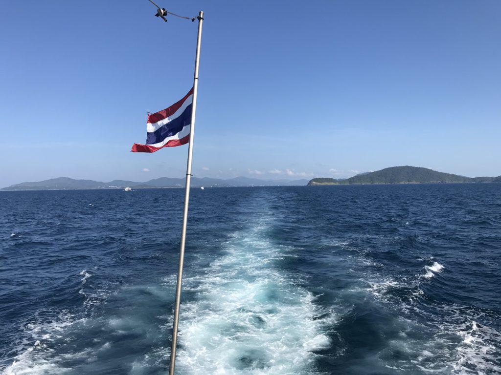 プーケットの海とタイの国旗
