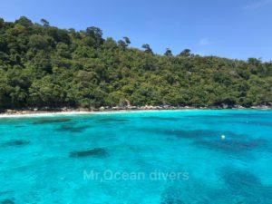 ラチャノイ島の青い水