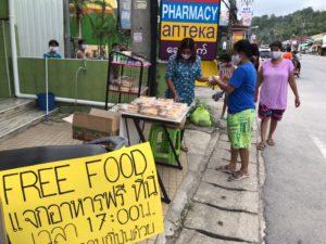 プーケットのコロナ支援食事を配付するタイ人女性