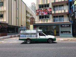 たくさんの水タンクを積んでいるお水屋さんの車