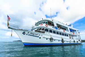 海に浮かぶダイブクルーズ船のソンブーン4号