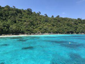 ラチャノイ島の青い海