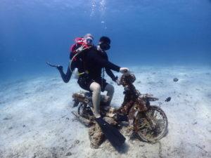 水中バイクに跨る二人のダイバー