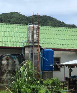 銀色と青色の貯水タンク