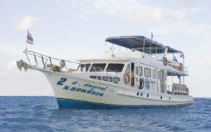 海に浮かぶダイビングボートのソンブーン2号