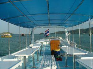 プーケット近郊のダイビングボートのアッパーデッキ部分