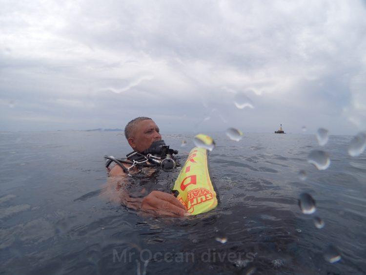 水面で船を待つダイバー