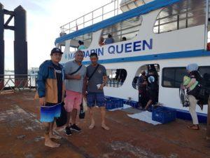 乗船前集合写真