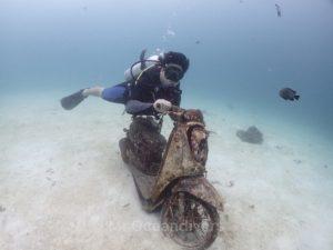 沈バイクに跨る体験ダイバー