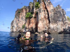 プーケットでダイビング ピピ島を背景に記念撮影