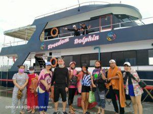 プーケットでダイビング 船の前で集合写真
