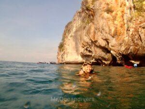 プーケットでダイビング ドクマイ島を背景に