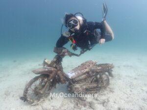プーケットでダイビング ラチャヤイ島の水中バイク