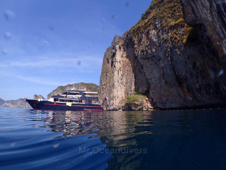 プーケットでダイビング ピピ島とダイビングボート