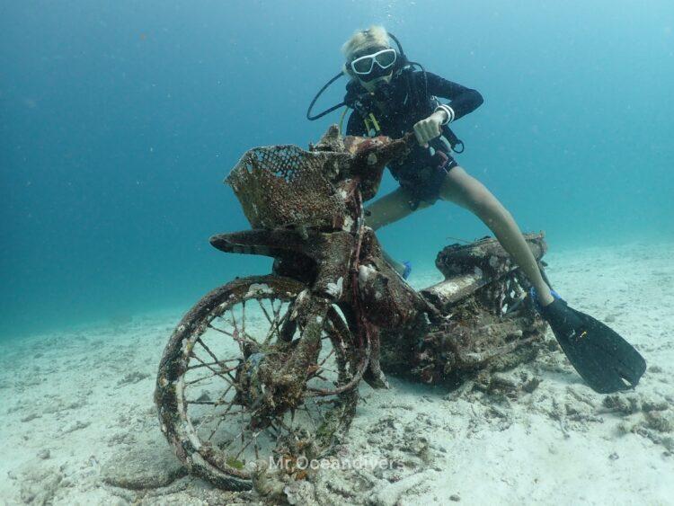 プーケットのラチャヤイ島でダイビング 水中バイク