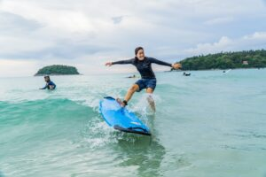カタビーチでサーフィン