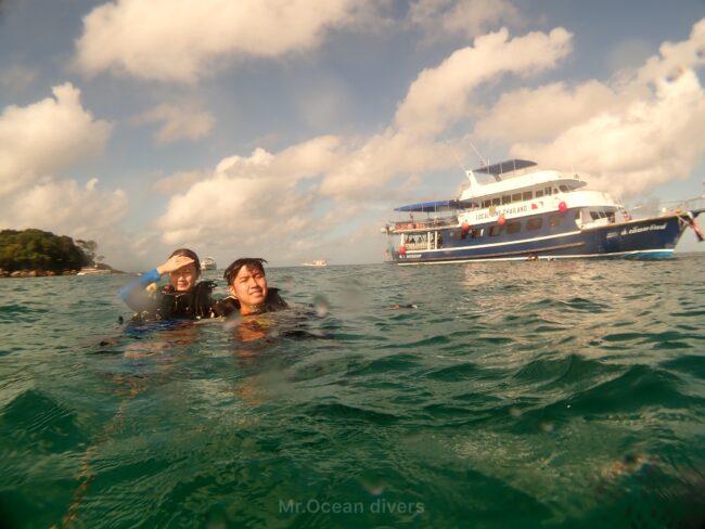 プーケットで体験ダイビング 船とダイバー