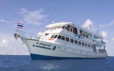 海に浮かぶダイブクルーズ船のソンブーン3号